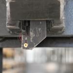 Mit dem Laserpointer wird das Einfahren in Paletten in hohen Lagen auch ohne Sicht auf die Gabelspitzen einfach.