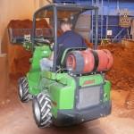 Der AVANT Multifunktionslader 525 LPG ist gasgetrieben, arbeitet ohne Dieselemissionen und ist so bestens für alle Indoor-Einsätze geeignet