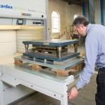 Neuer Lagerlift von Kardex Remstar kann Lagergut von bis zu 1.000 kg pro Tablar aufnehmen
