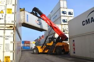 Der Transport von Vollcontainern und das Entladen der Binnenschiffe sind die Hauptaufgaben des SANY Reach Stacker SRSC4531G im Hamburger Container-Depot der PROGECO Deutschland GmbH in Hamburg.