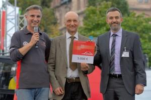 Pflanzaktion: Linde Material Handling übergibt Scheck an den Forstbetrieb Rothenbuch