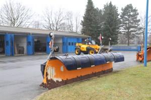 Anbaugeräte erweitern die Einsatzmöglichkeiten von Staplern - zum Beispiel als Schneeräumer.