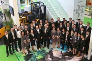 Die erfolgreiche Vertriebsmannschaft mit dem Vorstandsvorsitzenden der Jungheinrich AG, Hans-Georg Frey (Mitte), auf der CeMAT Asia.