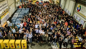 Foto_Nijmegen employees celebrate the production of the 1000th Hyster Reachstacker