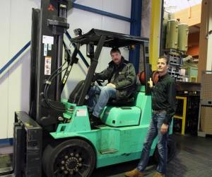 Die Tragkraft eines Großen, die Abmessungen kompakt: Frank Schmitz und Gregory Hofer mit einem der wichtigsten Arbeitsgeräte bei Buschoff, dem speziell designten Kompaktstapler.