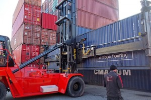 Ein Prüfer begutachtet den Container direkt im Hamburger HCS Depot.