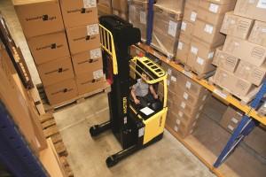 Bis auf eine Höhe von 12,5 Metern lassen sich die Waren mit dem Hyster® Schubmaststapler heben.