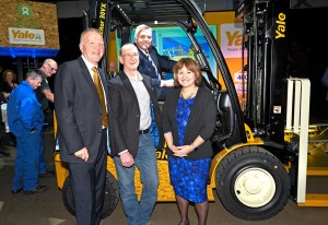 Der Yale 400K rollt in Craigavon vom Band: (von links nach rechts) Harry Sands, Managing Director EMEA, Hyster-Yale Group, Rod Hogg, Logistics Manager, Oxfam, Jonathan Bell, MLA Minister of the Department of Enterprise Trade and Investment, Alison Hopkinson, Oxfam Finance Director