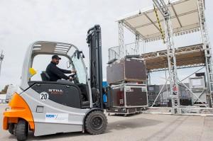 Beim Aufbau der großen Kameraplattform des Medienzentrums stellen zwei RX 60-30 von STILL ihr Können unter Beweis.