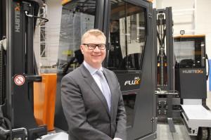 Hans-Joachim Finger, Geschäftsführer Einkauf und Vertrieb bei Hubtex, präsentiert den Mehrwege-Gegengewichtsstapler FluX. Bild: Hupte